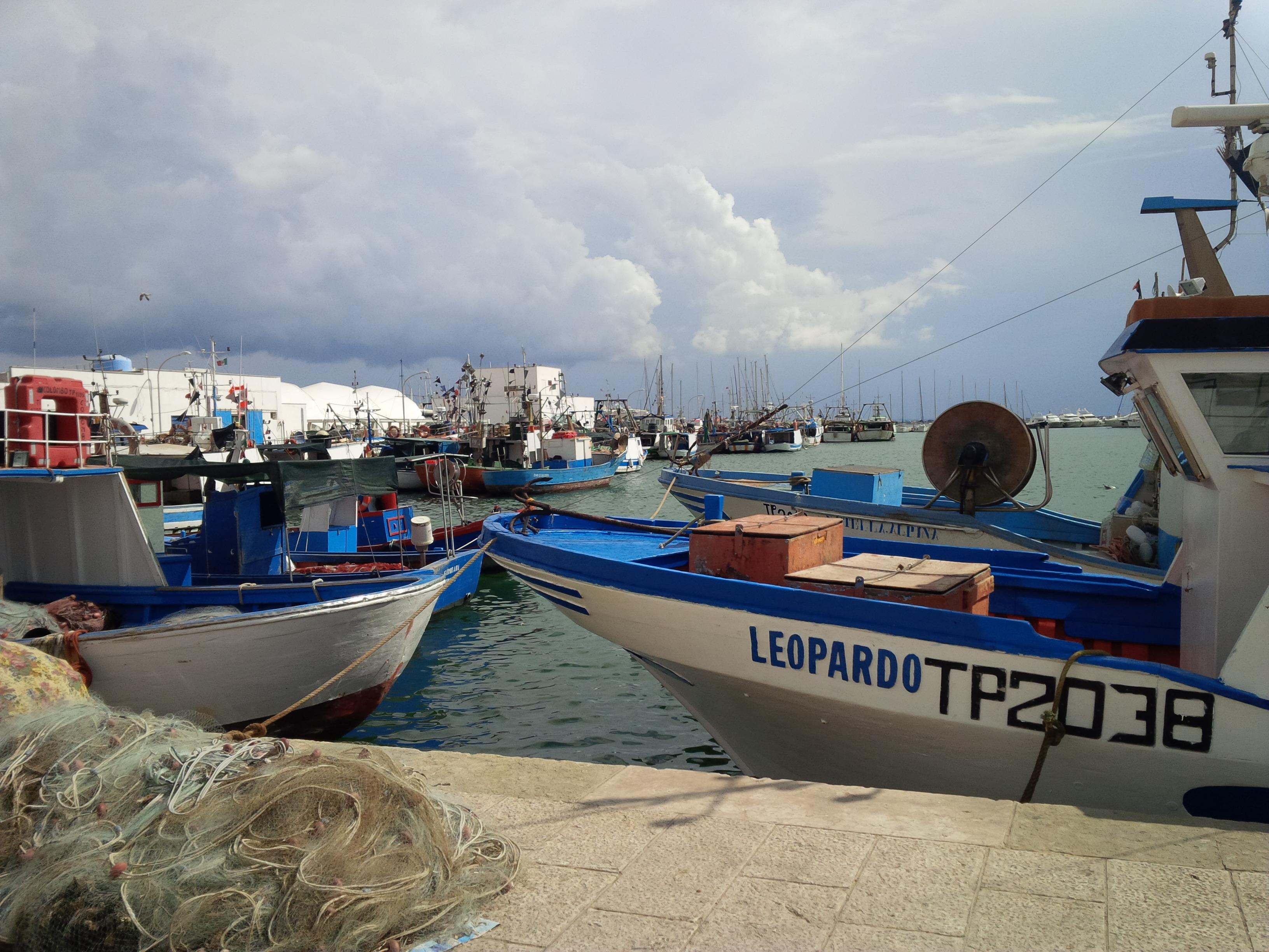 mały port obok targu rybnego w Trapani