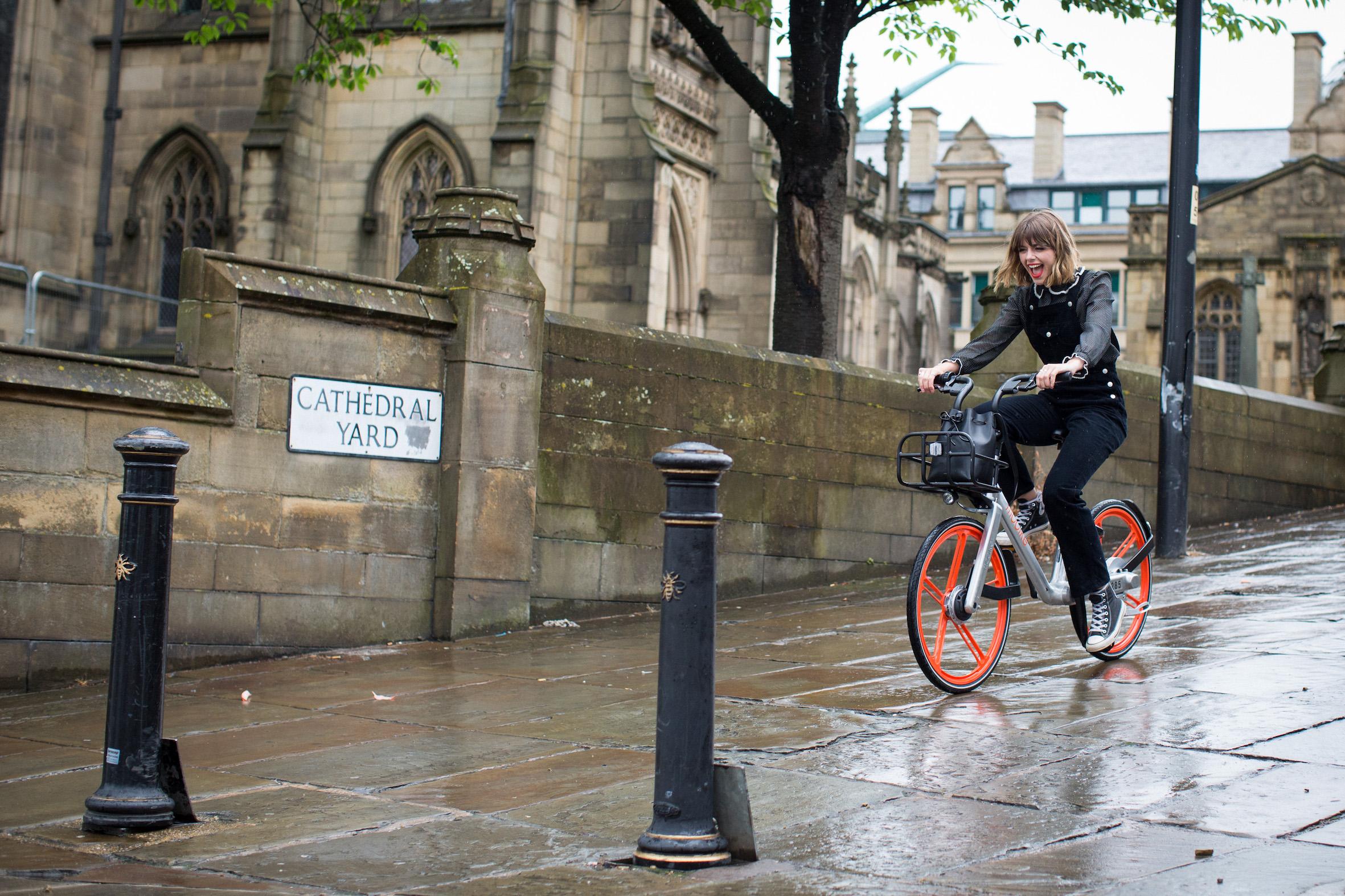 Co to za srebrno-pomarańczowe rowery, czyli Mobike w Manchesterze.