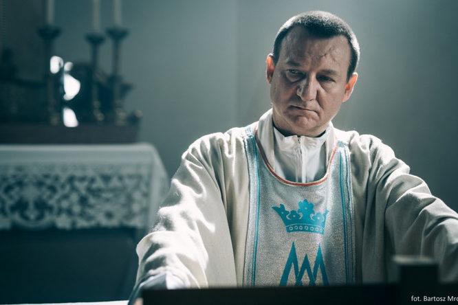 """""""Na Boga, co wy robicie?"""" — """"Kler"""", film na wskroś religijny."""